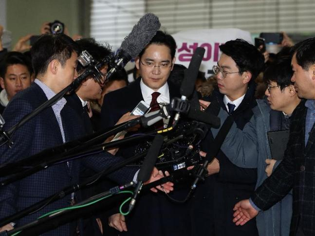Samsung Electronics Vice Chairman Lee Jae-yong (center) is surrounded by the press